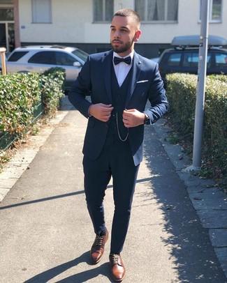 Как и с чем носить: темно-синий костюм-тройка, белая классическая рубашка, коричневые кожаные туфли дерби, черный галстук-бабочка