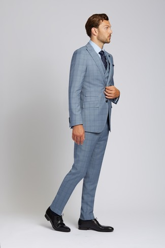 Темно-синий нагрудный платок: с чем носить и как сочетать: Для вечера в кино или кафе отлично подойдет дуэт голубого костюма-тройки в шотландскую клетку и темно-синего нагрудного платка. Любители необычных луков могут дополнить образ черными кожаными туфлями дерби, тем самым добавив в него чуточку классики.