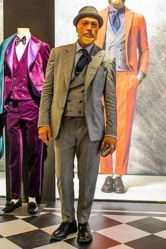 Темно-коричневый нагрудный платок с принтом: с чем носить и как сочетать: Серый костюм-тройка в шотландскую клетку и темно-коричневый нагрудный платок с принтом — необходимые составляющие в гардеробе парней с хорошим вкусом в одежде. Завершив ансамбль черными кожаными туфлями дерби, можно привнести в него нотки строгой классики.