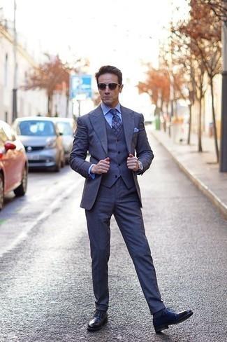 Голубая классическая рубашка: с чем носить и как сочетать мужчине: Несмотря на то, что это классический лук, ансамбль из голубой классической рубашки и темно-синего костюма-тройки всегда будет нравиться стильным молодым людям, непременно пленяя при этом сердца барышень. Такой образ несложно адаптировать к повседневным реалиям, если надеть в паре с ним темно-синие кожаные туфли дерби.