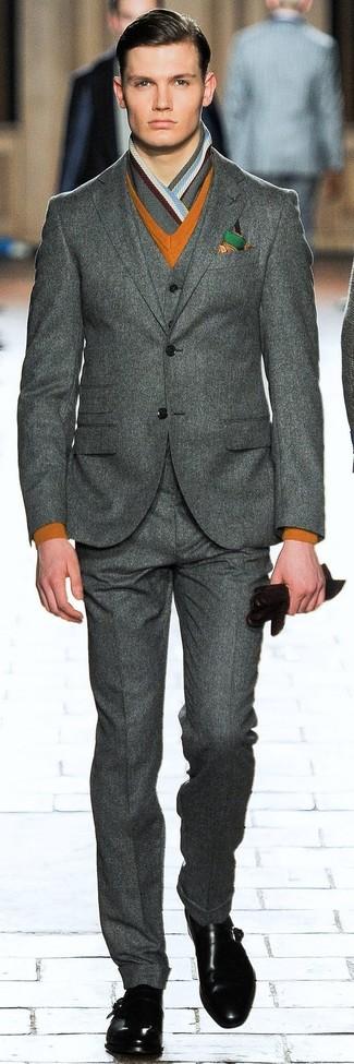 Как и с чем носить: темно-серый шерстяной костюм-тройка, табачный свитер с v-образным вырезом, черные кожаные монки с двумя ремешками, темно-зеленый нагрудный платок с принтом