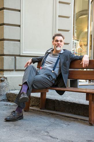 Как и с чем носить: серый костюм, серая футболка-поло, темно-коричневые кожаные броги, темно-синие подтяжки