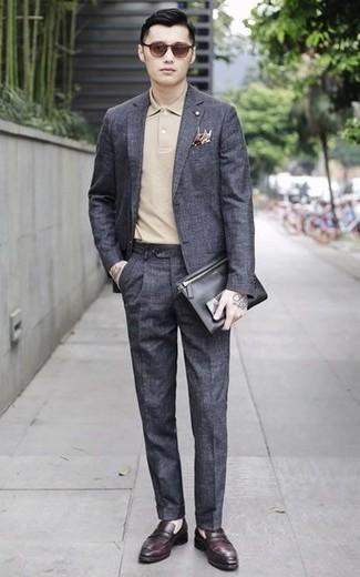 Темно-красные кожаные лоферы: с чем носить и как сочетать мужчине: Если ты принадлежишь к той редкой категории молодых людей, неплохо ориентирующихся в моде, тебе подойдет сочетание темно-серого костюма и бежевой футболки-поло. Думаешь привнести сюда нотку классики? Тогда в качестве обуви к этому образу, стоит выбрать темно-красные кожаные лоферы.