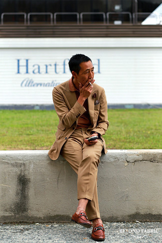 Как одеваться мужчине за 40: Светло-коричневый костюм в сочетании с табачной футболкой-поло позволит создать стильный, и в то же время мужественный образ. Не прочь привнести в этот образ немного нарядности? Тогда в качестве дополнения к этому образу, выбери коричневые кожаные лоферы.