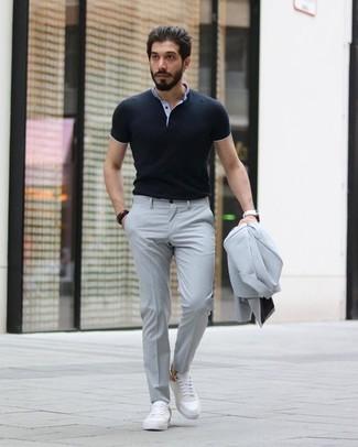 Как и с чем носить: серый костюм, черная футболка-поло, белые кожаные низкие кеды, белые кожаные часы