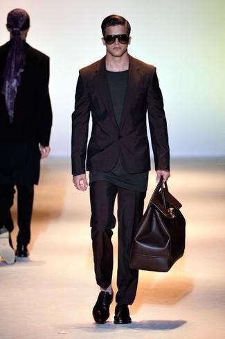 Как и с чем носить: черный костюм, темно-серая футболка с длинным рукавом, черные кожаные оксфорды, темно-коричневая кожаная дорожная сумка