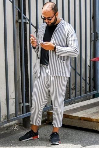 Белый костюм в вертикальную полоску: с чем носить и как сочетать: Фанатам стиля smart casual понравится образ из белого костюма в вертикальную полоску и черной футболки с круглым вырезом. Пара черных кроссовок добавит образу расслабленности и дерзости.