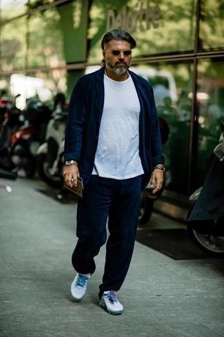 С чем носить серебряные часы мужчине: Несмотря на то, что это достаточно не сложный лук, лук из темно-синего вельветового костюма и серебряных часов неизменно нравится стильным мужчинам, неизбежно покоряя при этом сердца женщин. Почему бы не добавить в этот лук чуточку небрежности с помощью белых кроссовок?