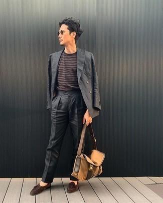 С чем носить светло-коричневую сумку почтальона из плотной ткани: Если ты ценишь комфорт и функциональность, тебе понравится такое сочетание темно-серого костюма и светло-коричневой сумки почтальона из плотной ткани. Не прочь добавить в этот наряд нотку утонченности? Тогда в качестве дополнения к этому луку, обрати внимание на коричневые замшевые лоферы с кисточками.