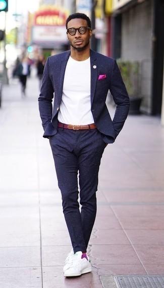 Ярко-розовый нагрудный платок: с чем носить и как сочетать: Темно-синий костюм в сочетании с ярко-розовым нагрудным платком однозначно будет обращать на себя дамские взгляды. Бело-зеленые кожаные низкие кеды становятся замечательным дополнением к твоему луку.
