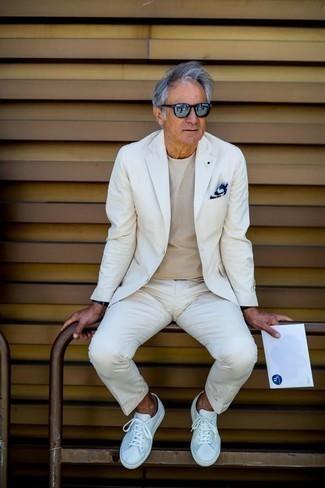 Модные мужские луки 2020 фото: Сочетание белого костюма и бежевой футболки с круглым вырезом поможет составить элегантный и современный мужской образ. Чтобы лук не казался нарочито продуманным, подумай о контрастных деталях: белых кожаных низких кедах.