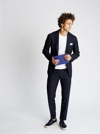 Мода для 20-летних мужчин: Составив образ из темно-синего костюма и белой футболки с круглым вырезом, получим подходящий мужской образ для полуформальных встреч после работы. Нравится рисковать? Тогда дополни лук темно-синими низкими кедами из плотной ткани.