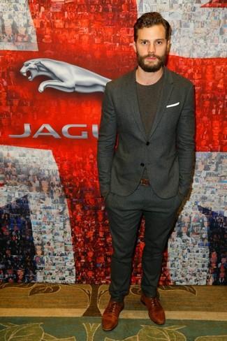 Как Jamie Dornan носит Темно-серый костюм в вертикальную полоску, Темно-коричневая футболка с круглым вырезом, Коричневые кожаные оксфорды, Белый нагрудный платок