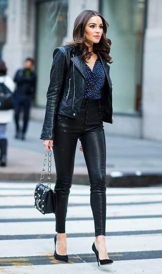 Как и с чем носить: черная кожаная косуха, темно-сине-белая блуза на пуговицах в горошек, черные кожаные узкие брюки, черные замшевые туфли