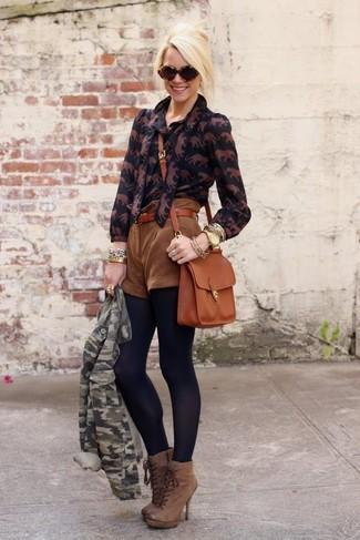 Как и с чем носить: зеленая косуха с камуфляжным принтом, черная блуза на пуговицах с принтом, коричневые замшевые шорты, коричневые кожаные ботильоны на шнуровке