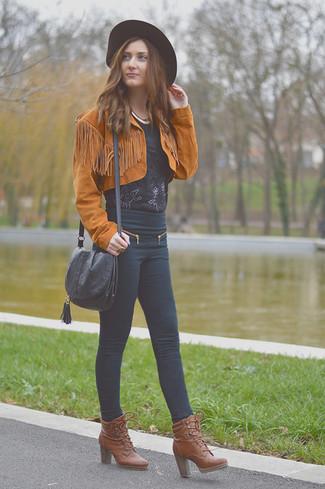 Как и с чем носить: табачная замшевая косуха, черная кружевная блуза с коротким рукавом, черные джинсы скинни, коричневые кожаные ботильоны на шнуровке