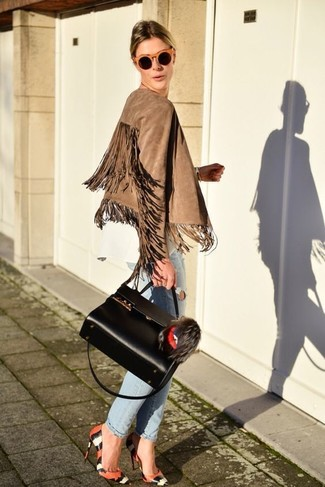 Как и с чем носить: светло-коричневая замшевая косуха c бахромой, белая блузка с длинным рукавом, голубые рваные джинсы-бойфренды, оранжевые кожаные туфли со змеиным рисунком