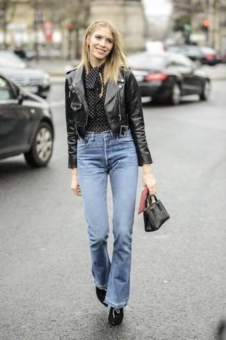 Как и с чем носить: черная кожаная косуха, черно-белая блузка с длинным рукавом в горошек, синие джинсы-клеш, черные замшевые ботильоны