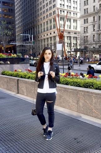 Как и с чем носить: черная кожаная косуха, белая блузка с длинным рукавом, черные рваные джинсы скинни, темно-серые низкие кеды