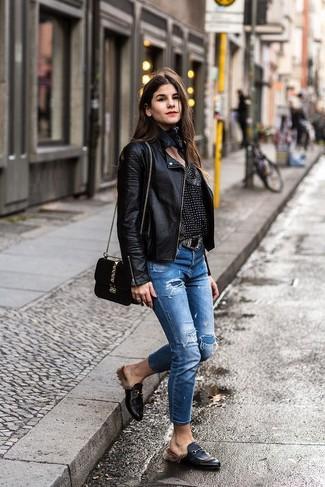 Как и с чем носить: черная кожаная косуха, черно-белая блузка с длинным рукавом с принтом, синие рваные джинсы, черные кожаные лоферы