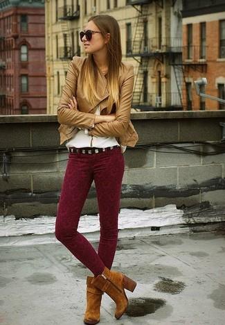 Как и с чем носить: светло-коричневая кожаная косуха, белая блузка с длинным рукавом, темно-красные узкие брюки с принтом, коричневые замшевые ботильоны