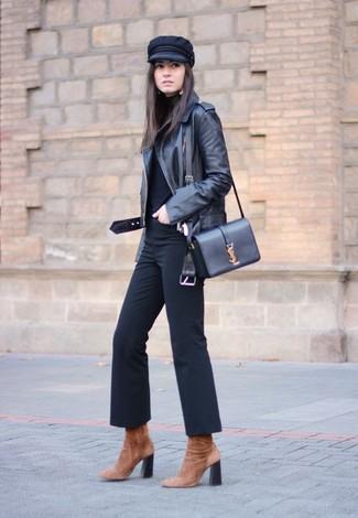 Как и с чем носить: черная кожаная косуха, черная водолазка, черные брюки-клеш, коричневые замшевые ботильоны