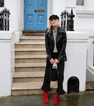 Как и с чем носить: черная кожаная косуха, серая вязаная водолазка, черные брюки-кюлоты, красные замшевые ботильоны