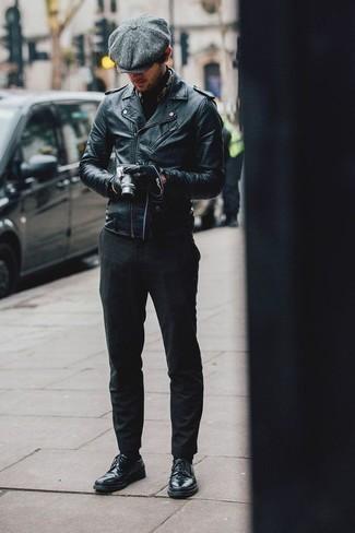 Модные мужские луки 2020 фото: Если ты любишь одеваться модно, и при этом чувствовать себя комфортно и уверенно, опробируй это сочетание темно-синей кожаной косухи и темно-серых брюк чинос. Думаешь добавить в этот образ толику утонченности? Тогда в качестве дополнения к этому ансамблю, выбирай темно-синие кожаные туфли дерби.