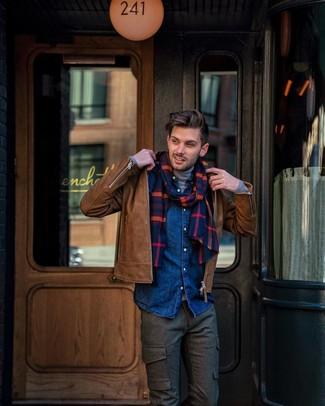 Как и с чем носить: коричневая кожаная косуха, серая водолазка, темно-синяя джинсовая рубашка, темно-коричневые шерстяные брюки карго