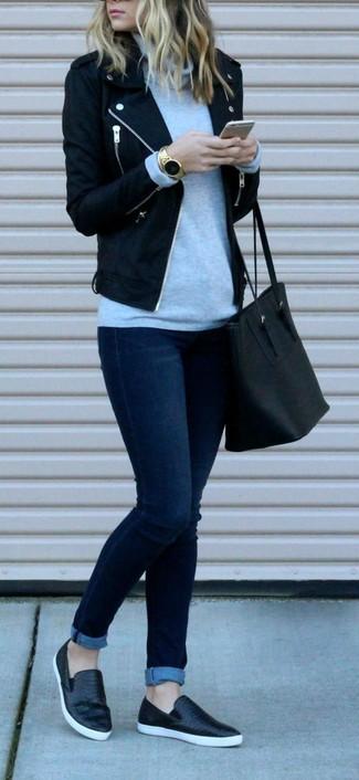 Как и с чем носить: черная шерстяная косуха, серая водолазка, темно-синие джинсы скинни, черные кожаные слипоны