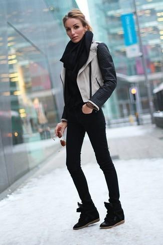 Как и с чем носить: черно-белая кожаная косуха, черная водолазка, черные джинсы скинни, черные замшевые кроссовки на танкетке