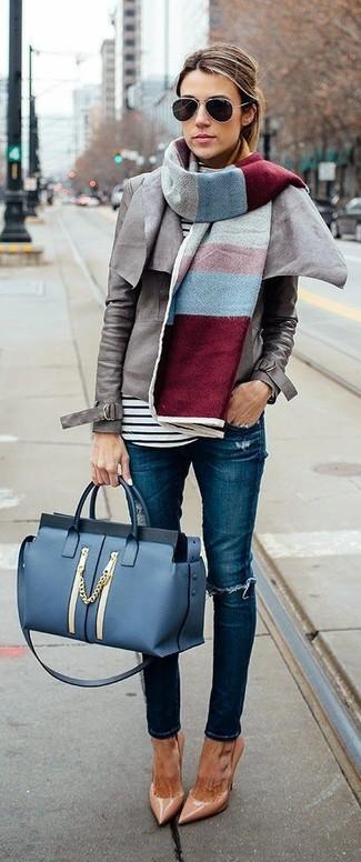 Как и с чем носить: серая кожаная косуха, бело-черная водолазка в горизонтальную полоску, синие рваные джинсы скинни, светло-коричневые кожаные туфли