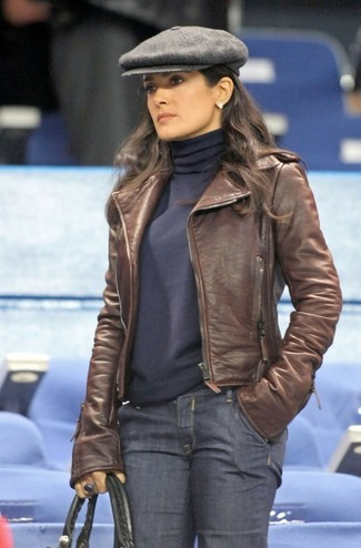 Как и с чем носить: коричневая кожаная косуха, темно-синяя водолазка, темно-синие джинсы, черная кожаная большая сумка
