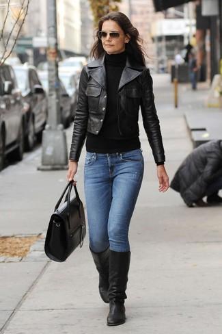 Как и с чем носить: черная кожаная косуха, черная водолазка, синие джинсы, черные кожаные сапоги