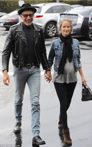 Как и с чем носить: черная кожаная косуха, черная водолазка, голубые джинсы, черные кожаные туфли дерби