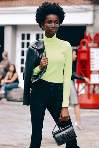 Как и с чем носить: черная кожаная косуха, зелено-желтая водолазка, черные джинсы, черные кожаные сапоги