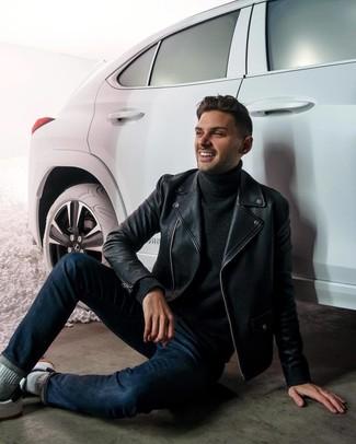 Как и с чем носить: черная кожаная косуха, черная водолазка, темно-синие джинсы, белые кожаные низкие кеды