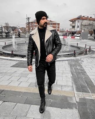Мужские луки: Черно-белая кожаная косуха и черные рваные джинсы — выбор молодых людей, которые никогда не сидят на месте. Весьма неплохо здесь будут выглядеть черные кожаные повседневные ботинки.