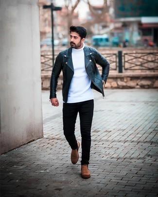 Мужские луки в стиле кэжуал: Такое лаконичное и комфортное сочетание вещей, как темно-синяя кожаная стеганая косуха и черные зауженные джинсы, нравится джентльменам, которые любят проводить дни в постоянном движении. В тандеме с коричневыми замшевыми ботинками челси такой лук смотрится особенно выгодно.