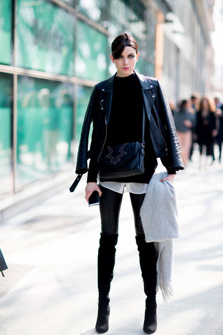 Как и с чем носить: черная кожаная косуха, черная водолазка, белая шелковая классическая рубашка, черные кожаные леггинсы