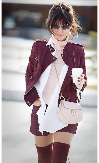Как и с чем носить: темно-красная замшевая косуха, розовая водолазка, белая классическая рубашка, темно-красные шорты