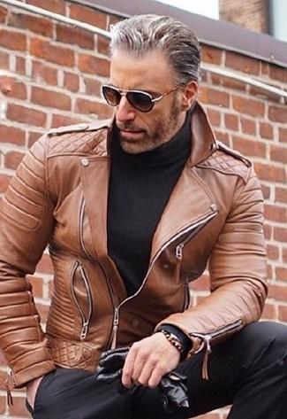 Как и с чем носить: коричневая кожаная косуха, черная водолазка, черные классические брюки, черные кожаные перчатки