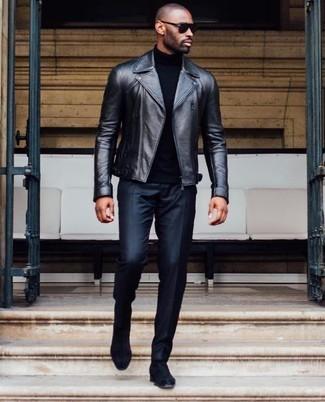 Как и с чем носить: черная кожаная косуха, черная водолазка, черные классические брюки, черные замшевые ботинки челси