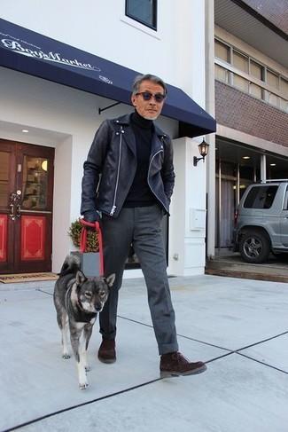 Как и с чем носить: черная кожаная косуха, черная водолазка, темно-серые шерстяные классические брюки, темно-коричневые замшевые ботинки дезерты