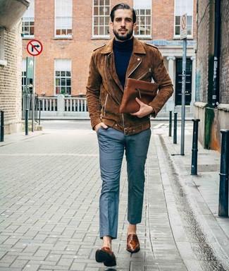 Темно-синяя водолазка: с чем носить и как сочетать мужчине: Сочетание темно-синей водолазки и серых классических брюк подходит для воплощения делового ансамбля. В этот образ легко интегрировать пару коричневых кожаных лоферов.