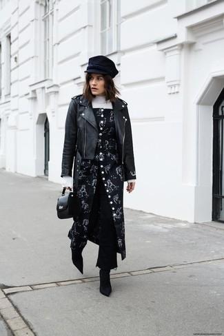 Как и с чем носить: черная кожаная косуха, белая водолазка, черный сарафан с цветочным принтом, черные джинсовые брюки-кюлоты