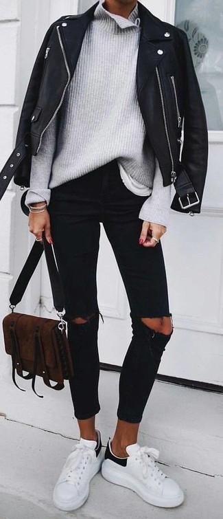 Как и с чем носить: черная кожаная косуха, серая вязаная водолазка, белая футболка с круглым вырезом, черные рваные джинсы скинни
