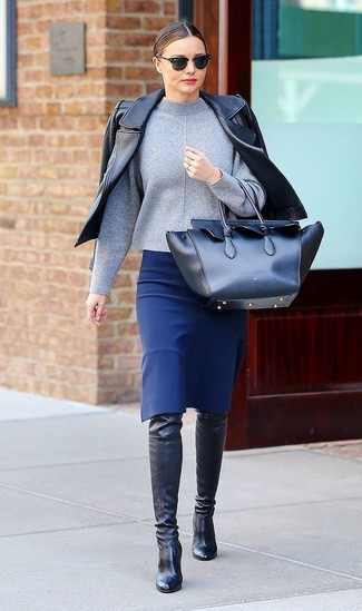 Как Miranda Kerr носит Черная кожаная косуха, Серая водолазка, Синяя юбка-карандаш, Черные кожаные ботфорты