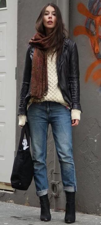 Черная большая сумка из плотной ткани: с чем носить и как сочетать: Если день обещает быть суматошным, сочетание черной кожаной косухи и черной большой сумки из плотной ткани поможет создать функциональный ансамбль в расслабленном стиле. Что же до обуви, черные замшевые ботильоны — самый приемлимый вариант.