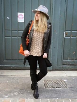 Модный лук: Черная кожаная косуха, Светло-коричневый вязаный свитер, Черные джинсы скинни, Черные кожаные ботфорты